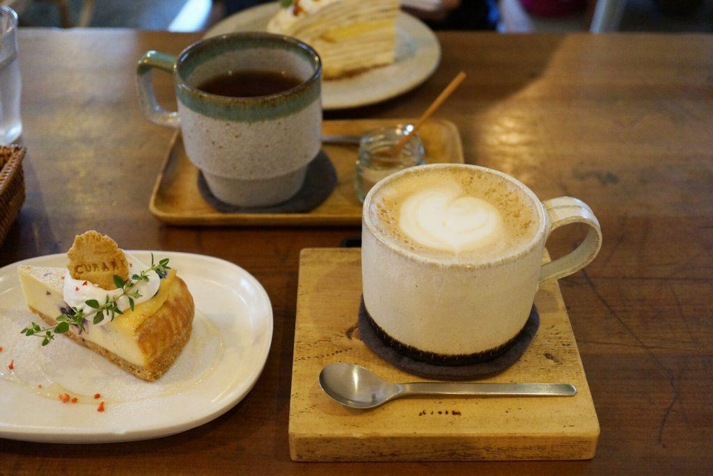 カフェラテとブルーベリーチーズケーキ
