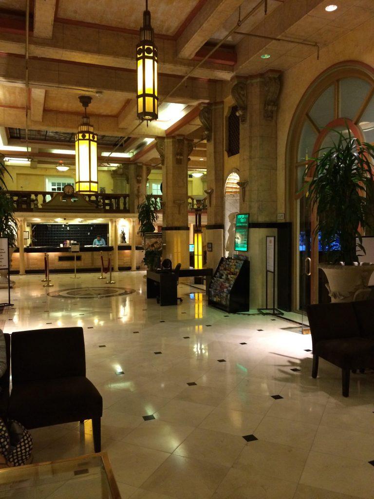 意外に明るくてきれいなホテルロビー